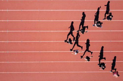 Course olympique où on voit une des personnes qui devance les autres pour gagner la compétition.