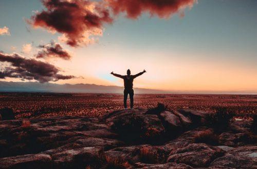 Photo d'une personne qui est heureuse d'avoir atteint son objectif