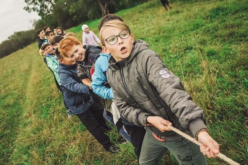 Défis sportifs à l'école - jeu de la corde à tirer