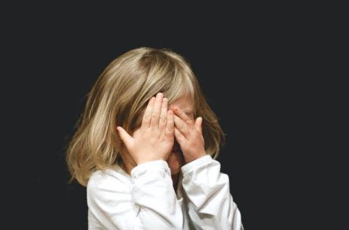 Enfant qui se cache les yeux parce qu'elle a peur des compétitions